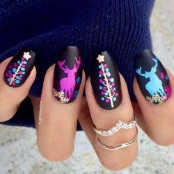 Uñas Navideñas Negras Mate con diseños coloridos de Renos y Árboles